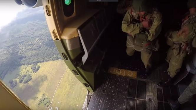 Hàng trăm lính nhảy dù cùng xe tăng đổ bộ từ máy bay vận tải - ảnh 2