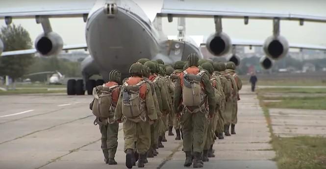 Hàng trăm lính nhảy dù cùng xe tăng đổ bộ từ máy bay vận tải - ảnh 1