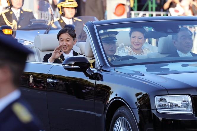 Nhật Hoàng lần đầu diễu hành sau đăng quang - ảnh 3