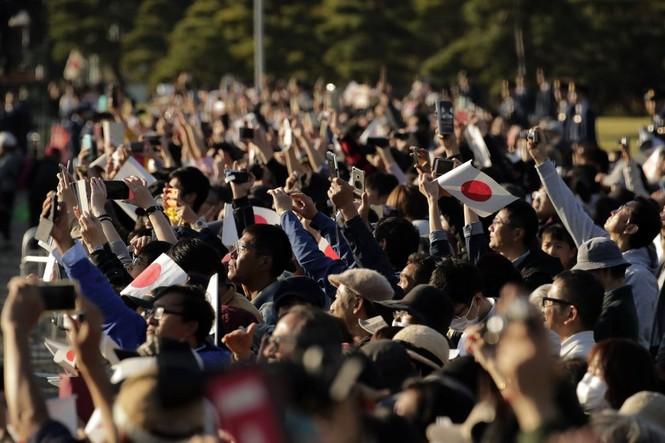 Nhật Hoàng lần đầu diễu hành sau đăng quang - ảnh 6