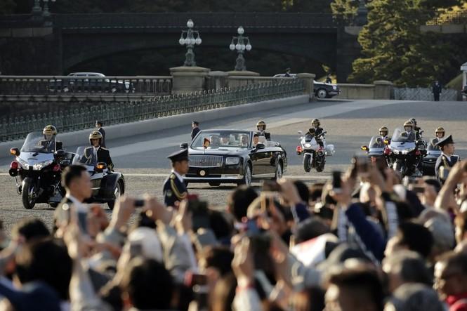 Nhật Hoàng lần đầu diễu hành sau đăng quang - ảnh 5