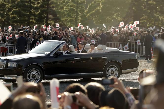 Nhật Hoàng lần đầu diễu hành sau đăng quang - ảnh 2