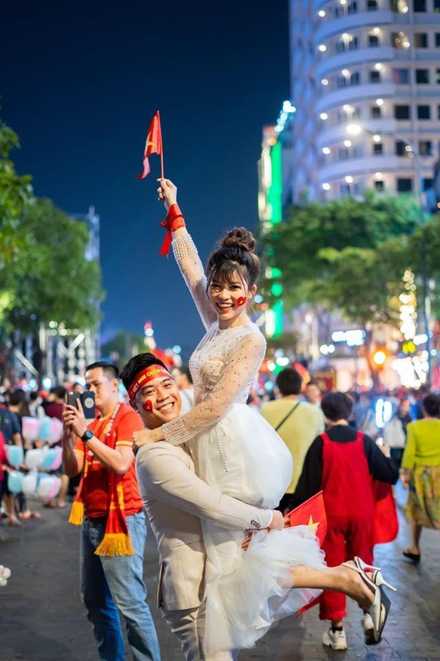 'Đi bão' mừng vô địch SEA Games, cô dâu chú rể có bộ ảnh cưới đáng nhớ - ảnh 2