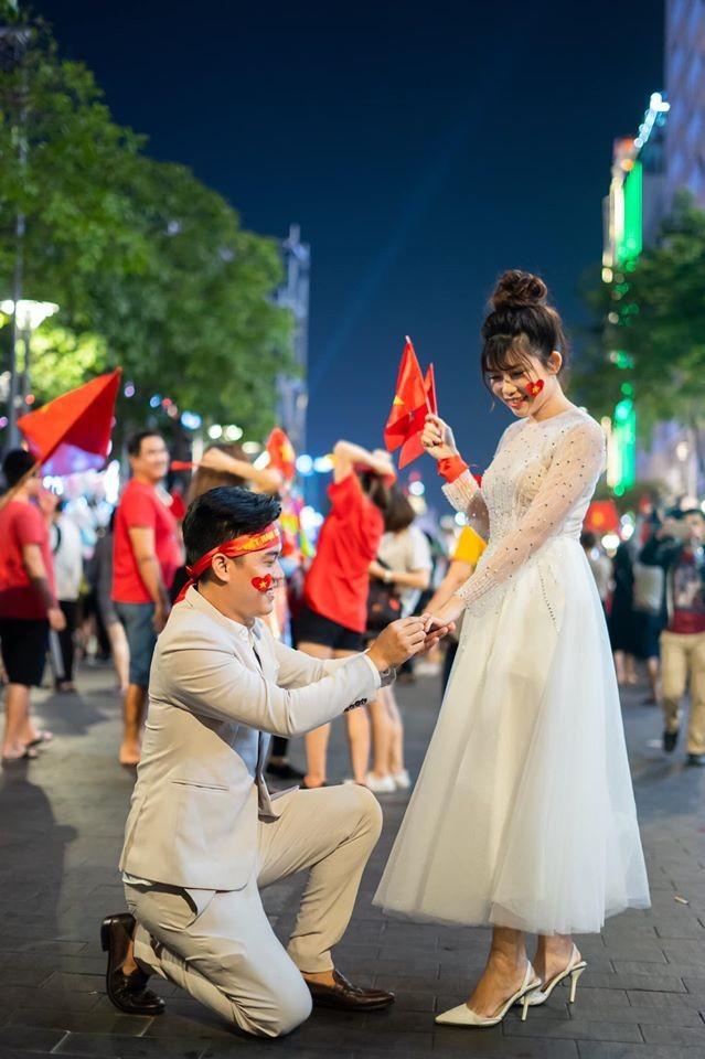 'Đi bão' mừng vô địch SEA Games, cô dâu chú rể có bộ ảnh cưới đáng nhớ - ảnh 1