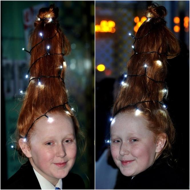 Hào hứng với Giáng sinh, cô bé đến trường với cây thông Noel trên đầu - ảnh 1