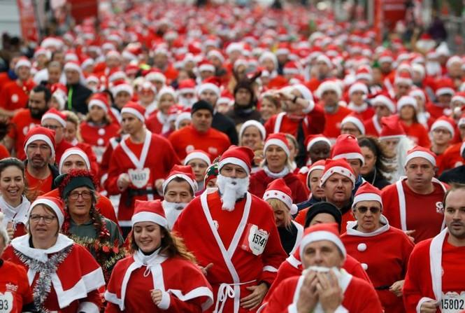 Ông già Noel xuất hiện khắp mọi nơi chào đón Giáng sinh - ảnh 9