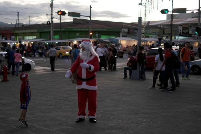 Ông già Noel xuất hiện khắp mọi nơi chào đón Giáng sinh - ảnh 11