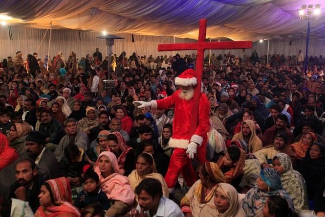 Ông già Noel xuất hiện khắp mọi nơi chào đón Giáng sinh - ảnh 12