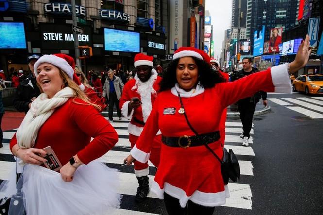 Ông già Noel xuất hiện khắp mọi nơi chào đón Giáng sinh - ảnh 13