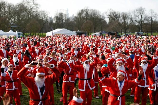 Ông già Noel xuất hiện khắp mọi nơi chào đón Giáng sinh - ảnh 14