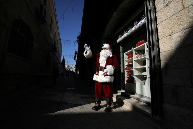 Ông già Noel xuất hiện khắp mọi nơi chào đón Giáng sinh - ảnh 16