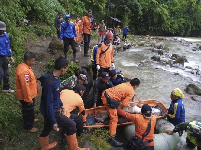 Xe buýt lao xuống hẻm núi, 40 người thương vong - ảnh 2