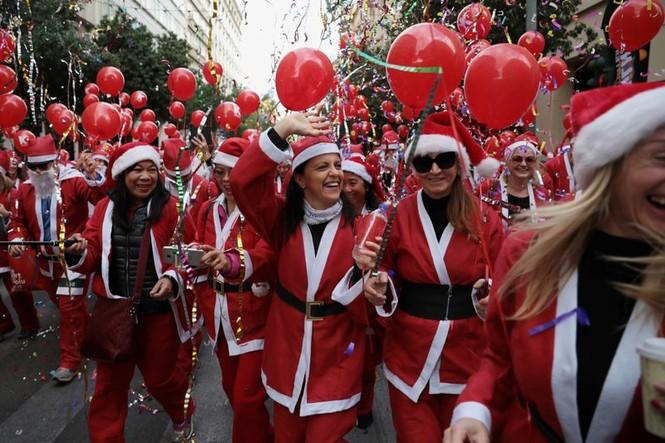 Ông già Noel xuất hiện khắp mọi nơi chào đón Giáng sinh - ảnh 1