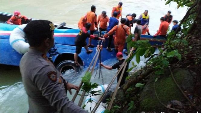 Xe buýt lao xuống hẻm núi, 40 người thương vong - ảnh 1