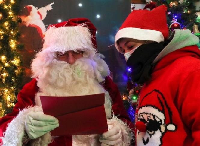 Ông già Noel xuất hiện khắp mọi nơi chào đón Giáng sinh - ảnh 2