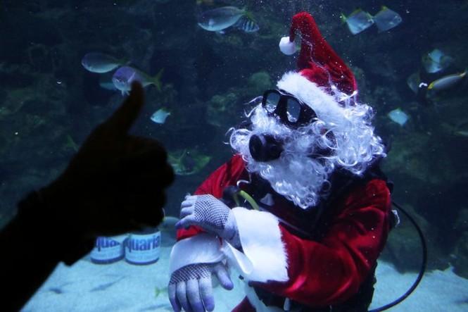 Ông già Noel xuất hiện khắp mọi nơi chào đón Giáng sinh - ảnh 3