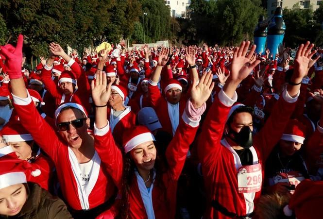 Ông già Noel xuất hiện khắp mọi nơi chào đón Giáng sinh - ảnh 4