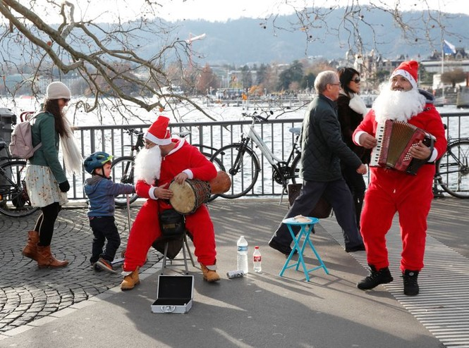 Ông già Noel xuất hiện khắp mọi nơi chào đón Giáng sinh - ảnh 7