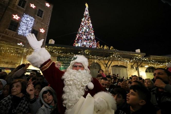 Ông già Noel xuất hiện khắp mọi nơi chào đón Giáng sinh - ảnh 8
