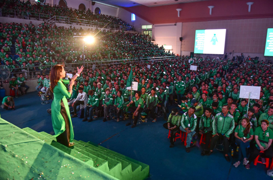Đến hẹn lại lên, hàng ngàn tài xế Grab phủ xanh khán đài ngày họp mặt cuối năm  - ảnh 1