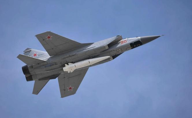 Oanh tạc cơ Tu-160 gắn tên lửa siêu thanh Kinzhal như 'hổ mọc thêm cánh' - ảnh 2