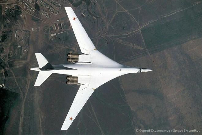 Oanh tạc cơ Tu-160 gắn tên lửa siêu thanh Kinzhal như 'hổ mọc thêm cánh' - ảnh 1
