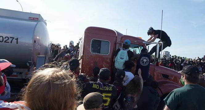 Xe bồn chở dầu bất ngờ lao thẳng vào đoàn biểu tình trên cao tốc Minneapolis - ảnh 2