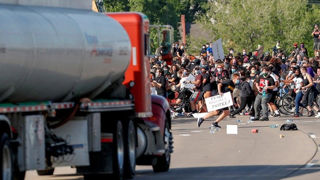 Xe bồn chở dầu bất ngờ lao thẳng vào đoàn biểu tình trên cao tốc Minneapolis - ảnh 1