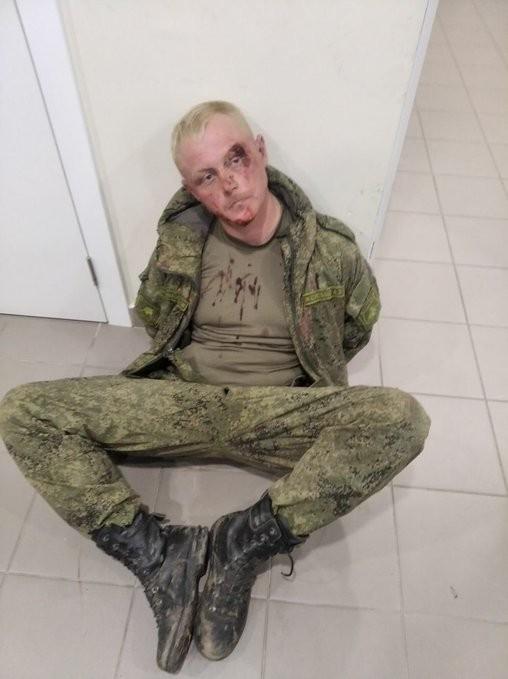 Lính Nga say rượu lái xe chiến đấu đâm sập tường sân bay - ảnh 2
