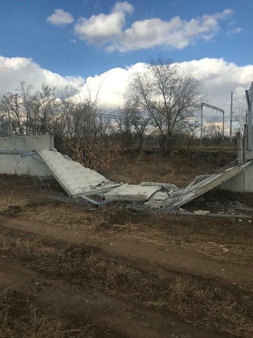 Lính Nga say rượu lái xe chiến đấu đâm sập tường sân bay - ảnh 1