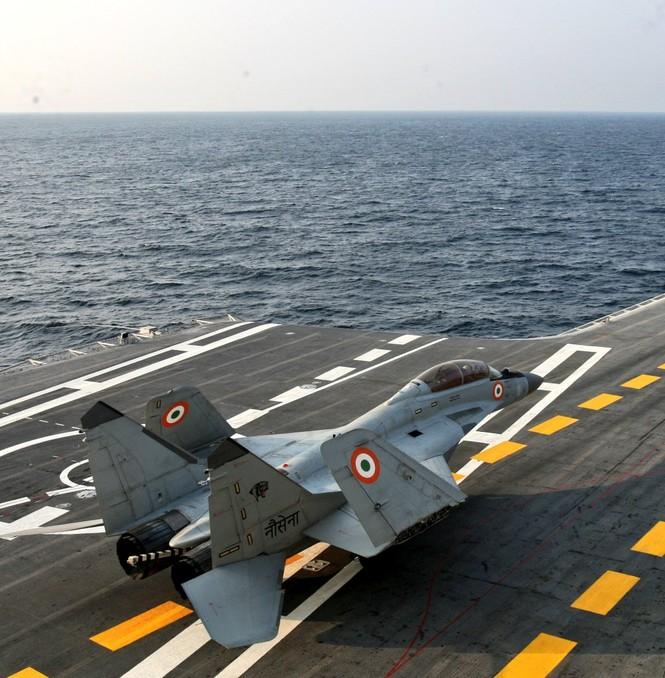Cất cánh từ tàu sân bay, tiêm kích MiG-29K lao xuống Biển Ả Rập - ảnh 1