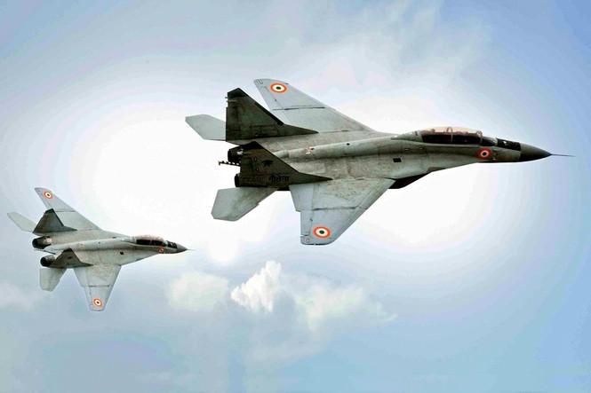 Cất cánh từ tàu sân bay, tiêm kích MiG-29K lao xuống Biển Ả Rập - ảnh 2