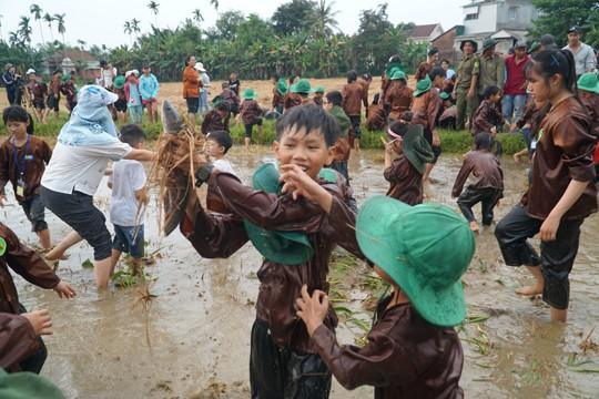 Sôi động tuổi thơ với lễ hội ngày mùa trên đồng ruộng  - ảnh 13