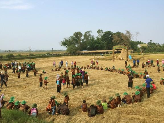 Sôi động tuổi thơ với lễ hội ngày mùa trên đồng ruộng  - ảnh 2
