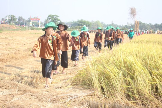 Sôi động tuổi thơ với lễ hội ngày mùa trên đồng ruộng  - ảnh 3