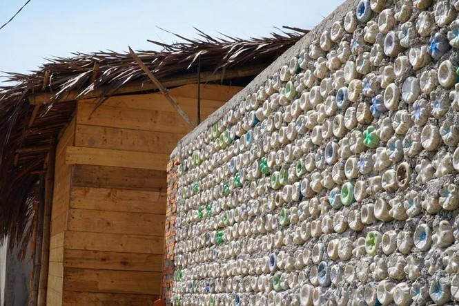 Cận cảnh ngôi nhà toàn bằng chai nhựa trên đảo Bé Lý Sơn - ảnh 1