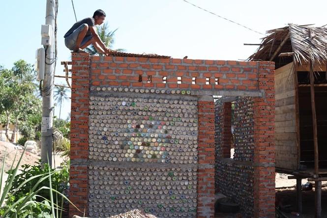 Cận cảnh ngôi nhà toàn bằng chai nhựa trên đảo Bé Lý Sơn - ảnh 5