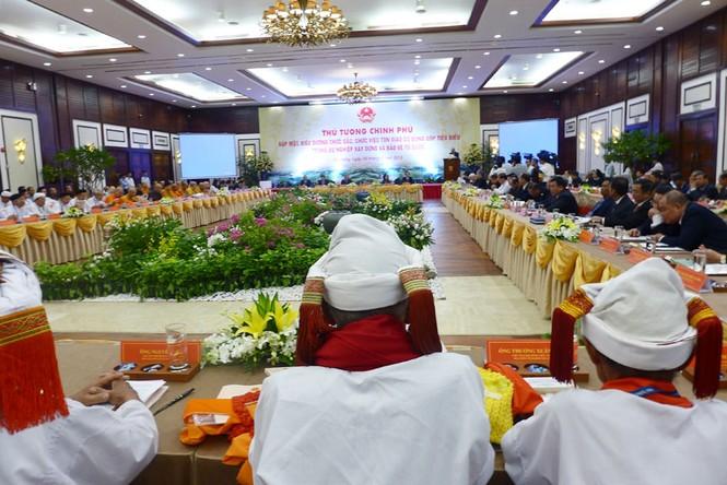 Thủ tướng Nguyễn Xuân Phúc gặp mặt, biểu dương chức sắc, chức việc tôn giáo tiêu biểu - ảnh 1