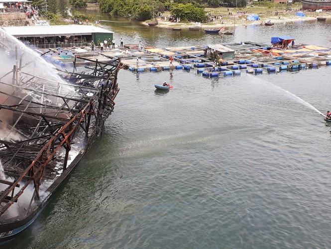 Tàu cá Quảng Ngãi bị thiêu rụi khi chuẩn bị ra khơi thiệt hại 7 tỷ đồng  - ảnh 1