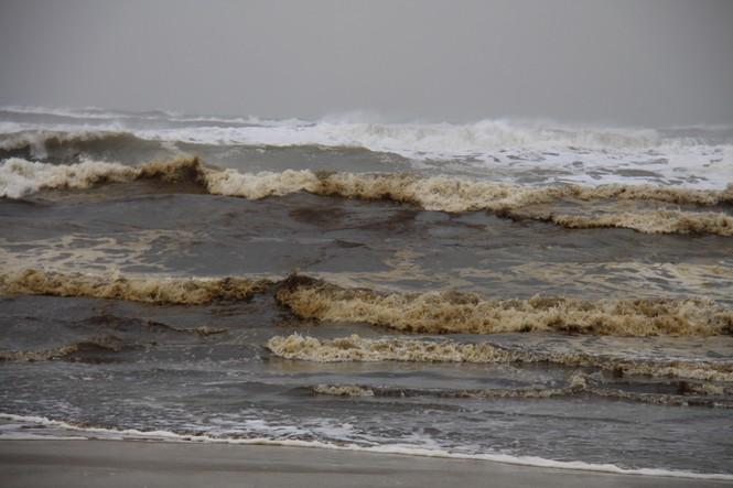 Nước biển nổi bọt đen như cà phê đã lan rộng ra vùng biển Khu kinh tế Dung Quất - ảnh 1