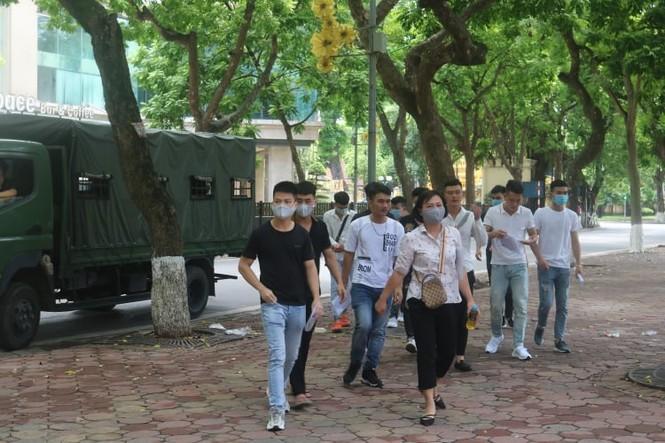 """Một ngày trước """"giờ G"""", teen Hà Nội có mặt tại địa điểm làm thủ tục dự thi THPT - ảnh 1"""
