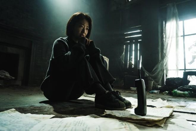 """Chán đối đầu zombie trong """"#Alive"""", Park Shin Hye mắc bẫy quá khứ trong phim mới """"Call"""" - ảnh 1"""