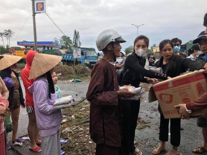 Thủy Tiên đích thân ra tận miền Trung hỗ trợ nhu yếu phẩm cho người dân vùng lũ - ảnh 2