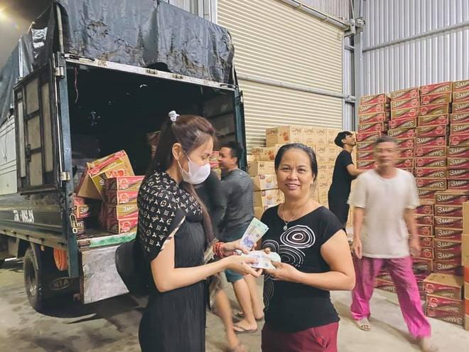 Thủy Tiên đích thân ra tận miền Trung hỗ trợ nhu yếu phẩm cho người dân vùng lũ - ảnh 3