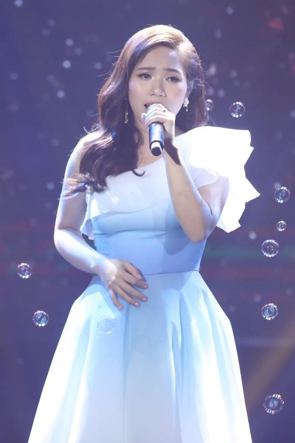 """Hiền Hồ đẹp lung linh, lần đầu hát live siêu ngọt với """"Gặp nhưng không ở lại"""" - ảnh 4"""