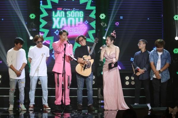 """Hiền Hồ đẹp lung linh, lần đầu hát live siêu ngọt với """"Gặp nhưng không ở lại"""" - ảnh 6"""