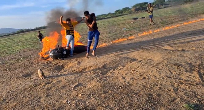 YouTuber Ấn Độ bị chỉ trích vì tẩm xăng đốt xe rồi lái như thường để quay video câu view - ảnh 2