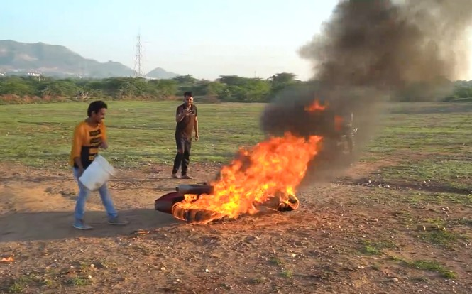 YouTuber Ấn Độ bị chỉ trích vì tẩm xăng đốt xe rồi lái như thường để quay video câu view - ảnh 4