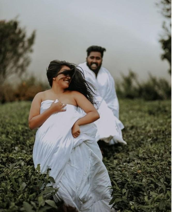 Cặp đôi quấn chăn chụp ảnh ở đồi chè bị chỉ trích  - ảnh 3