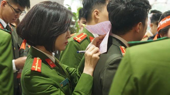 Hàng ngàn chiến sĩ công an xếp hàng hiến máu 'Chủ nhật Đỏ' - ảnh 4